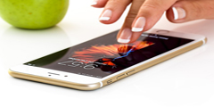 Mucha gente usa su teléfono móvil o celular para no saludar a otros